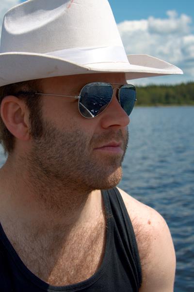 Joakim nyder solen på en rolig svensk sø.