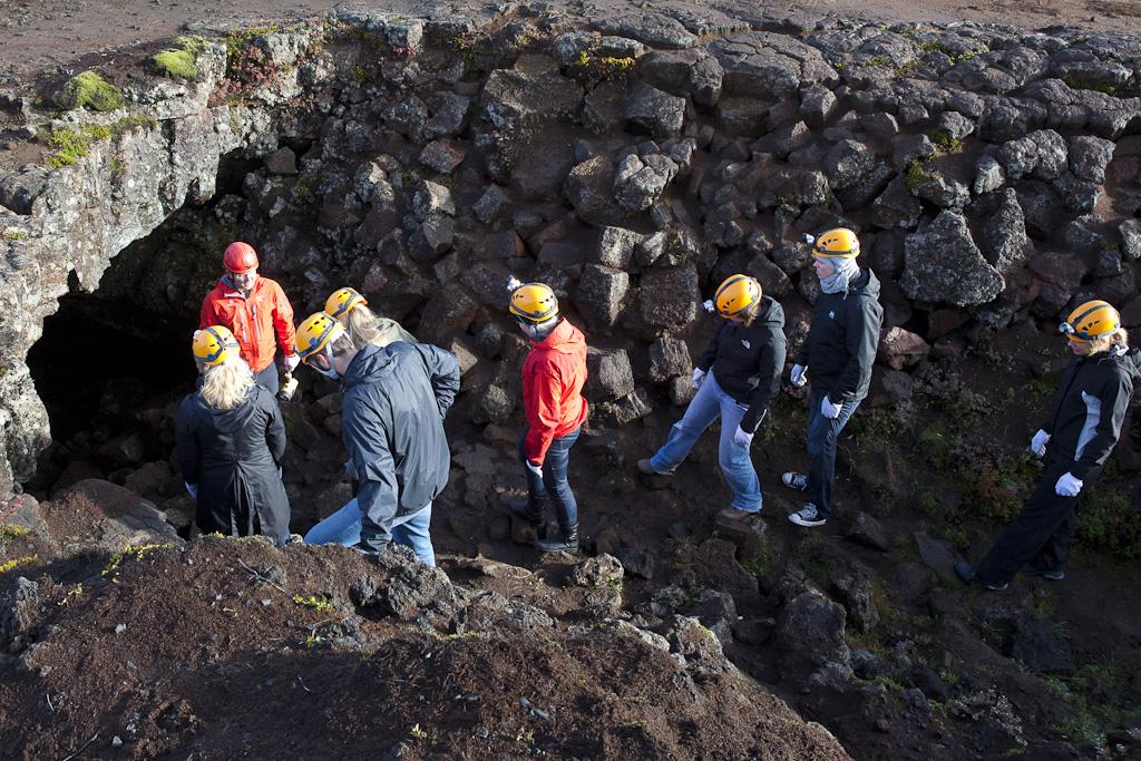 Kollegerne er på vej ned i lavagrotten